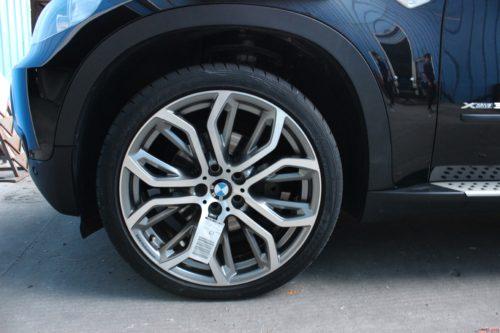 宝马x5原装19寸轮毂装车效果