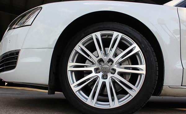 今天看一款奥迪a8原装19寸轮毂升级原装20寸锻造轮毂效果