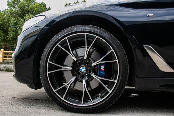 宝马530li升级m5款19寸锻造轮毂及卡钳改烤漆蓝色